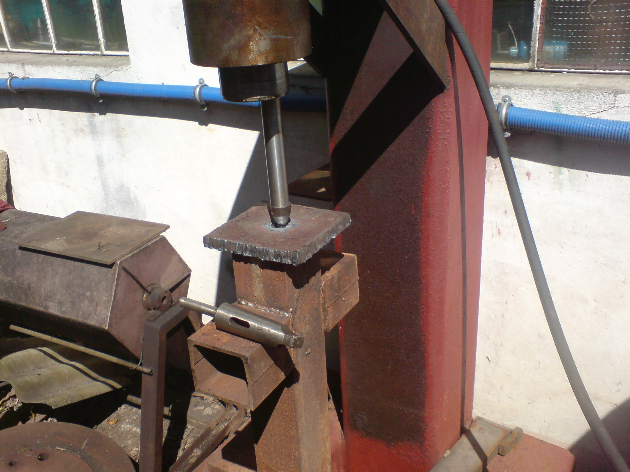 imitacja-przestrzelin-pancerza-20mm-Muzeu-IISW-1.jpg